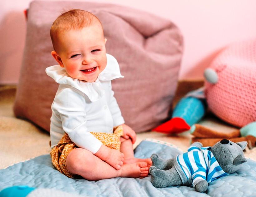 малюк посміхаеться
