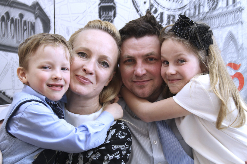 Тато року в номінації Тато-лікар сергій Бакшеєв з сім'єю