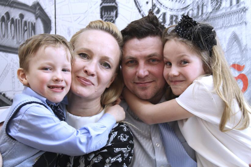 Тато року в категории Тато-лікар Сергей Бакшеев с семьей