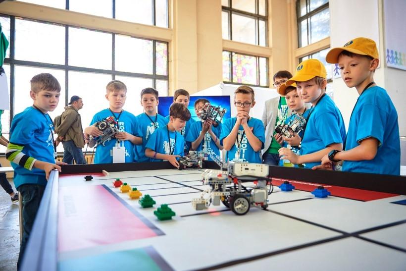 дети на фестивале робототехники
