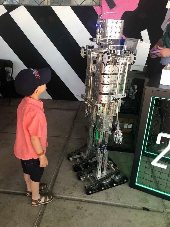 робот и мальчик