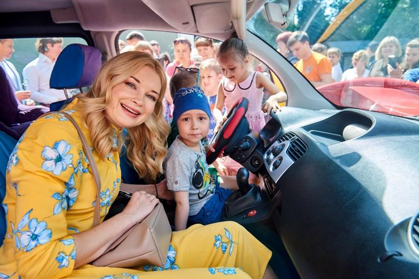 Лидия Таран и Рома Навроцкий в машине мечты