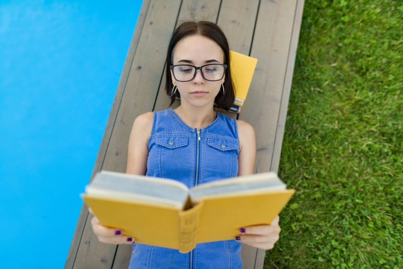 дівчинка читає книгу