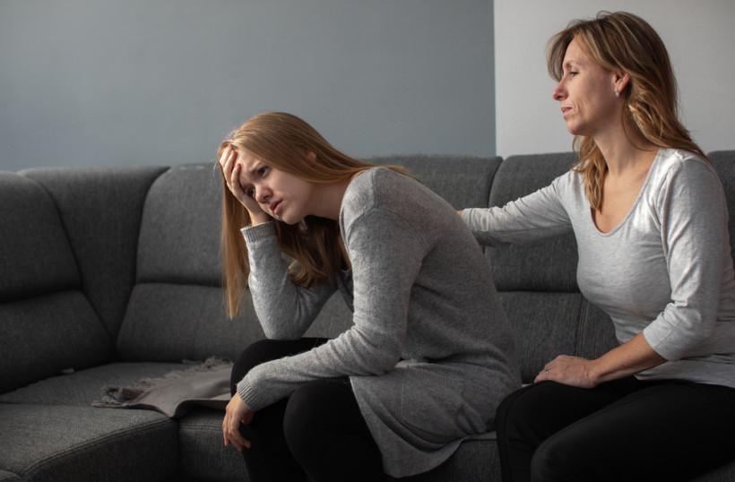 Мама и девочк-подросток - разговор о суициде и депрессии