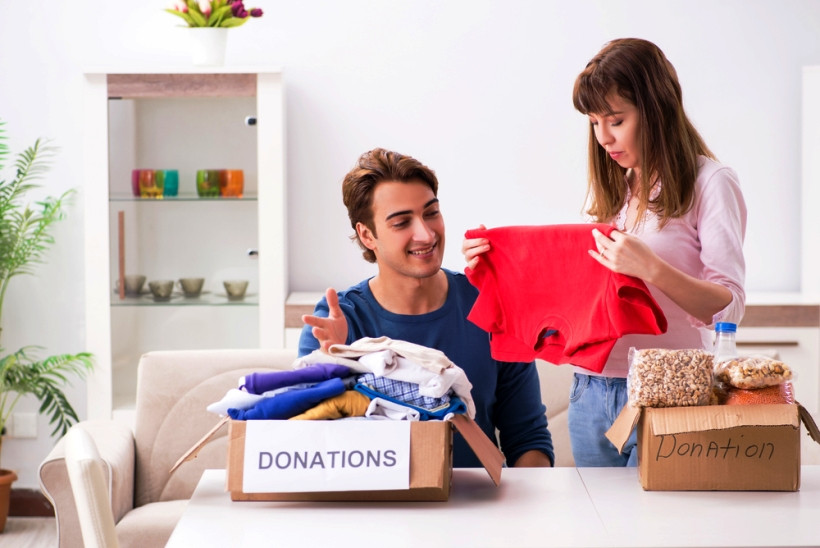 семья собирает вещи на нужды благотоврительности
