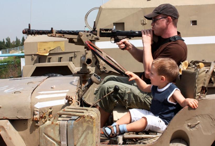 папа и сын стреляют