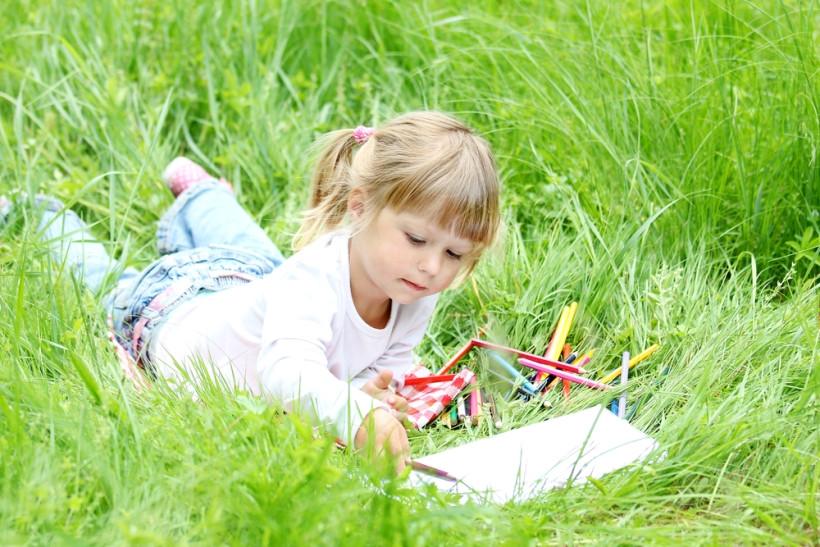 девочка рисует на природе