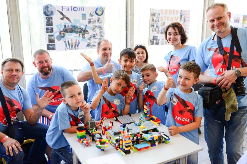 команда на фестивале роботов