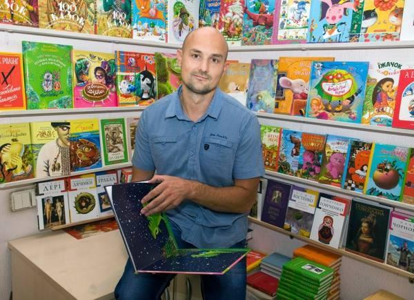 Сашко Дерманский с книгами