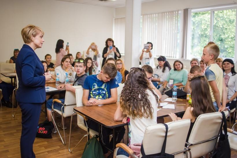 Лилия Гриневич и дети в классе