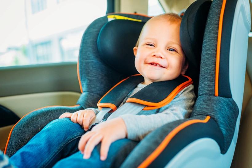 малыш в автокресле летом