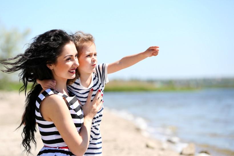 мама и дочка в Киеве на пляже