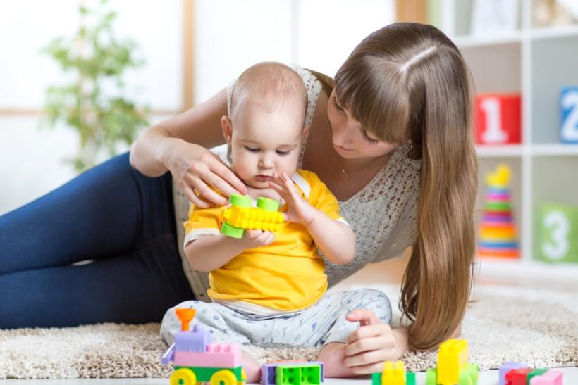 няня играет с ребенком