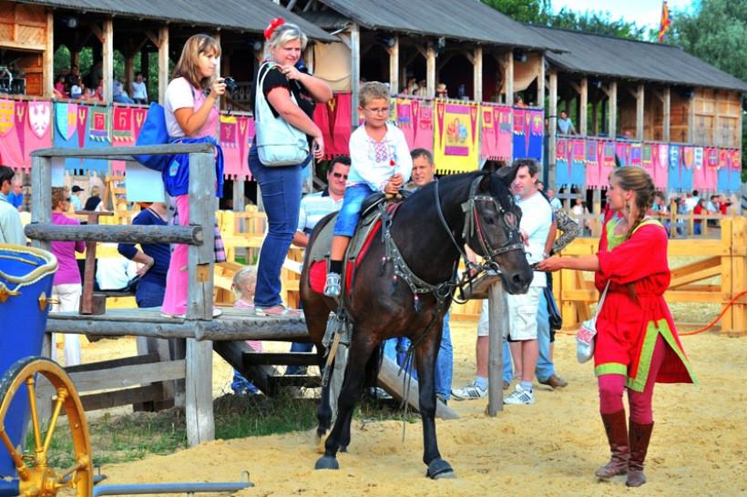 кони в парке киевская русь
