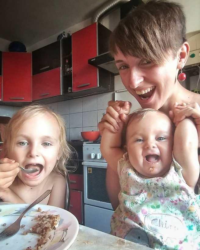 мама-блогер Мамунця с детьми за столом