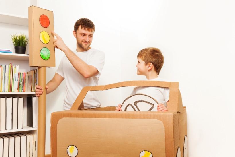 ребенок изучает правила дорожного движения