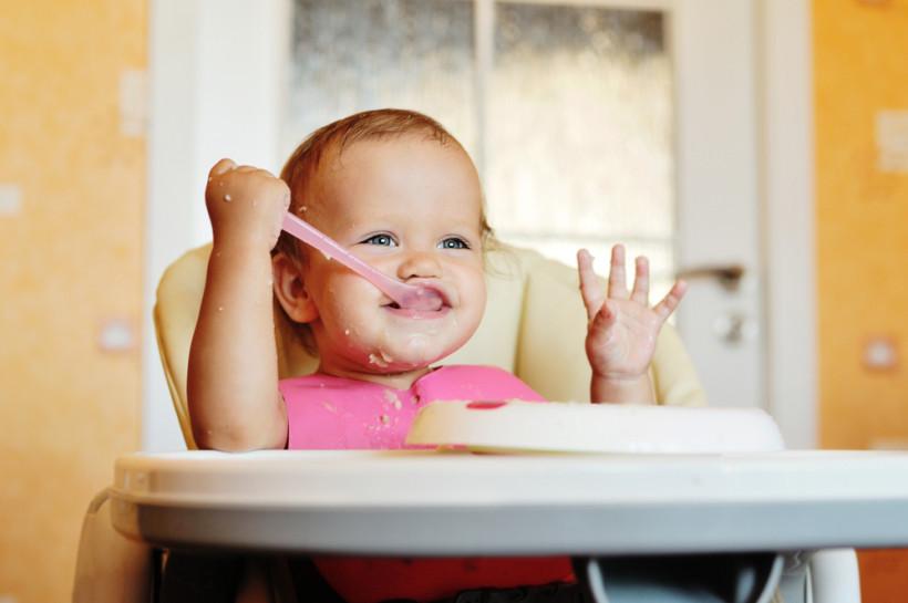 малыш ест прикром