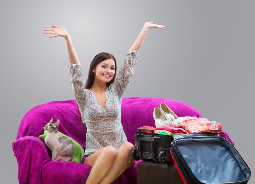 девушка собирается в путешествие с домашним животным