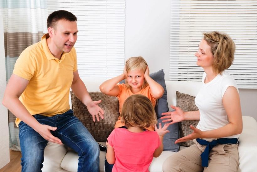 родители мирят детей после ссоры