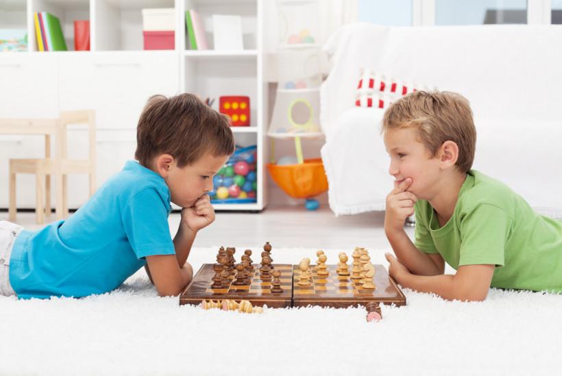 дети играют летом в шахматы