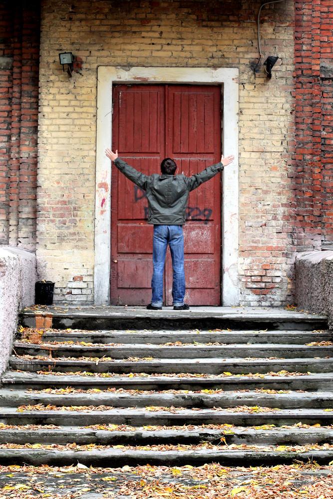 Подросток у двери дома сепарация