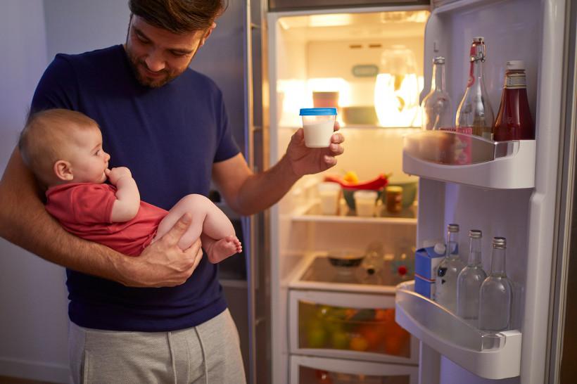 Папа берет грудное молоко для кормления ребенка