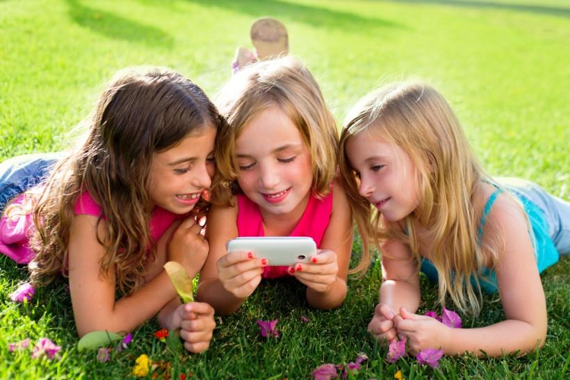 девочки со смартфоном