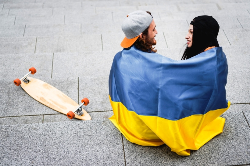 пара завернутая в флаг украины