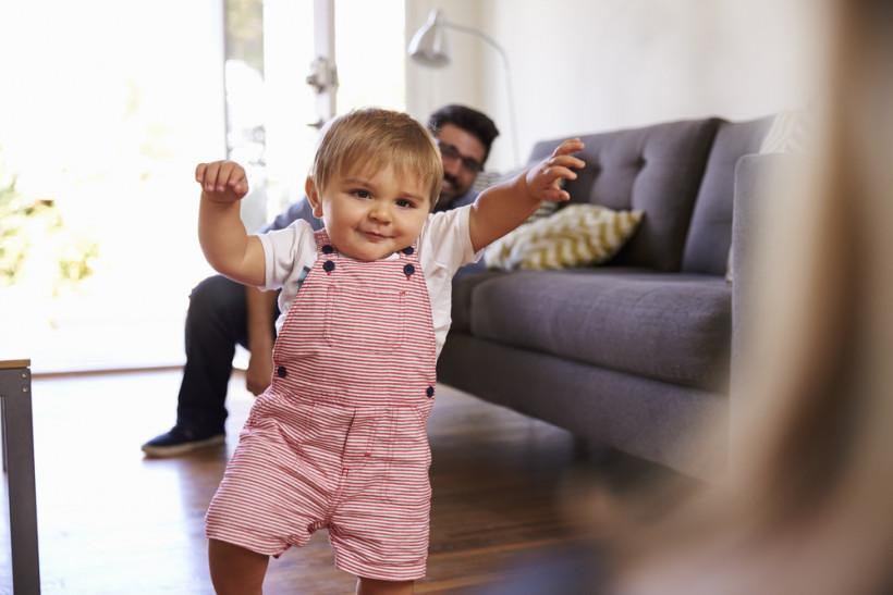 ребенок первые шаги