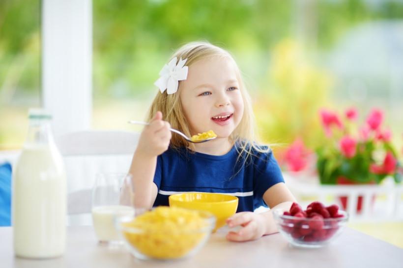 дівчинка снідає