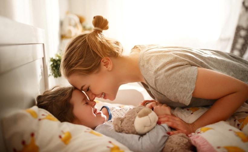 мама будит дочку