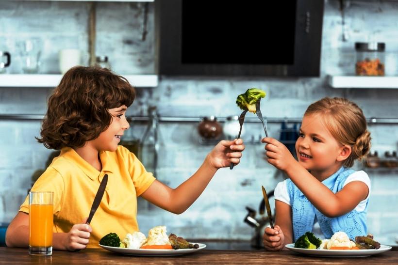дети едят брокколи
