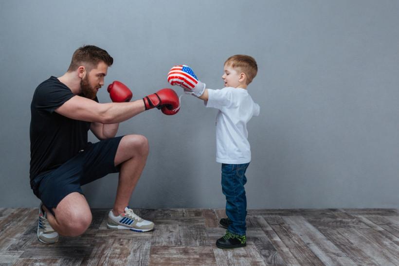 папа учит сына постоять за себя