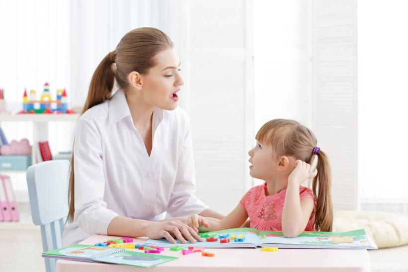 мама й донька грають