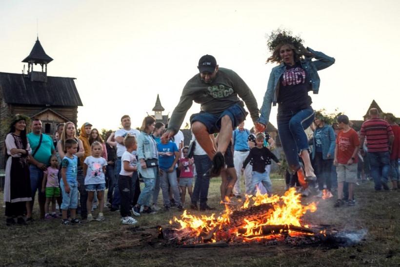 Де пострибати через вогонь на Івана Купала - у Парку Київська Русь