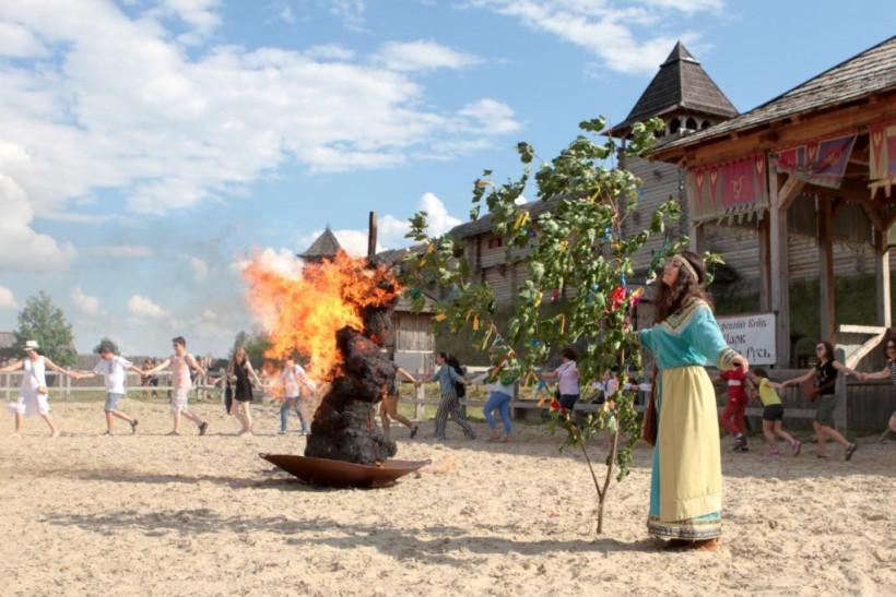 Свято Івана Купала у Парку Київська Русь - горить чучело