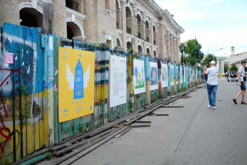 «Сидимолітаємо» виставка дитячих малюнків на Контрактовій