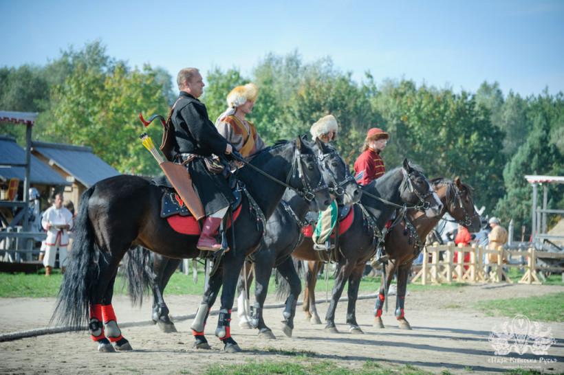 Зрелищная шоу-программа с соревнованиями и показательными конно-трюковыми выступлениями, музеи, мастер-классы, прогулки на лошадях