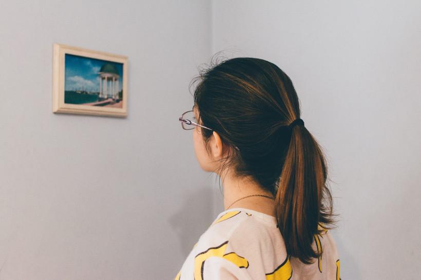 Женщина смотрит на фото - что влияет на наши воспоминания