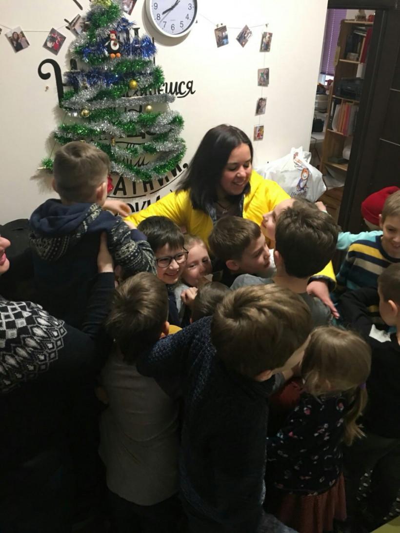 Елена Ведерникова и дети в ее частной школе