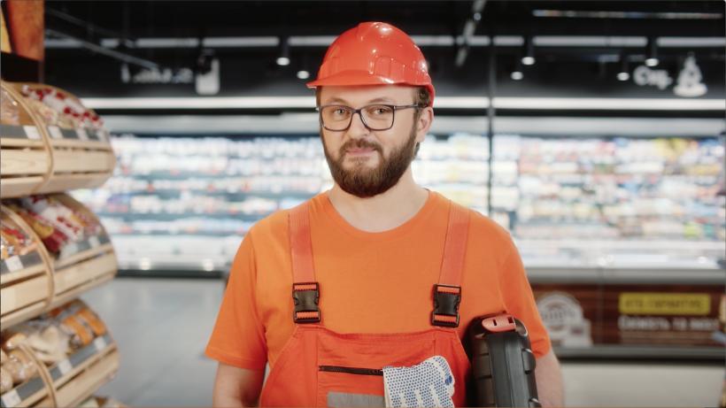 Дзіндзьо в костюме строителя на съемке ролика о помощи онко больным детям
