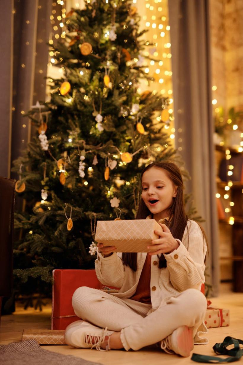 Что подарить детям на Новый год: идеи для малышей и подростков