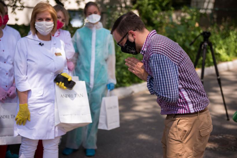 Андре Тан поблагодарил врачей и подарил им платья