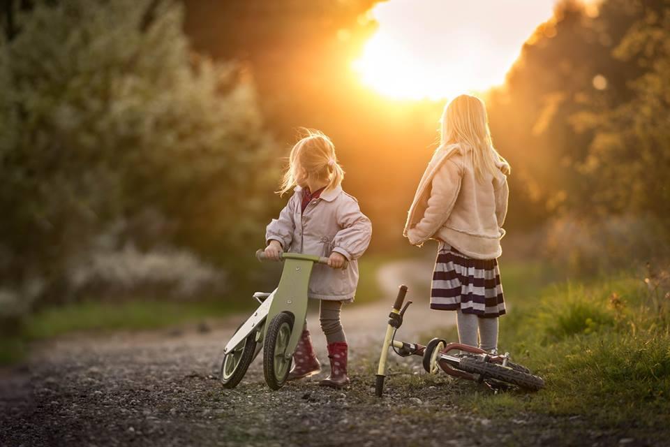 дівчатка на велосипедах