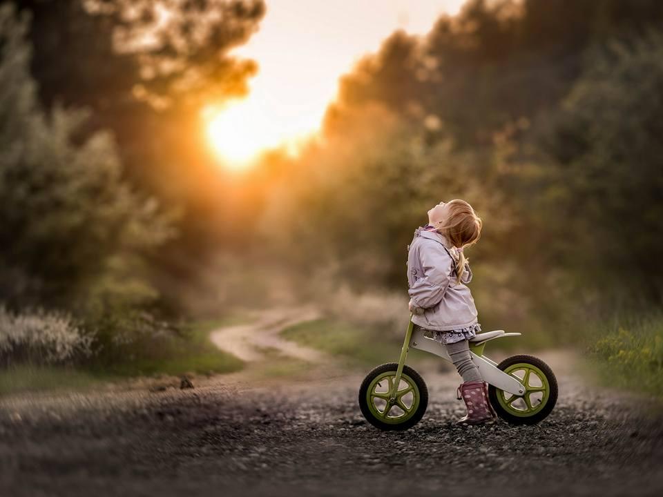 дівчинка на велосипеді