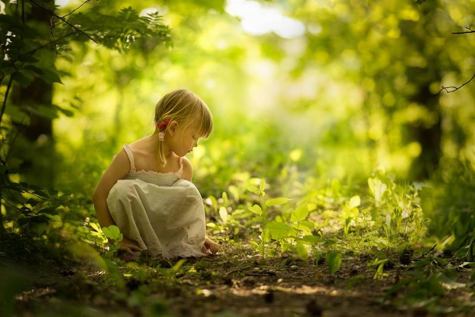 дівчинка на природі