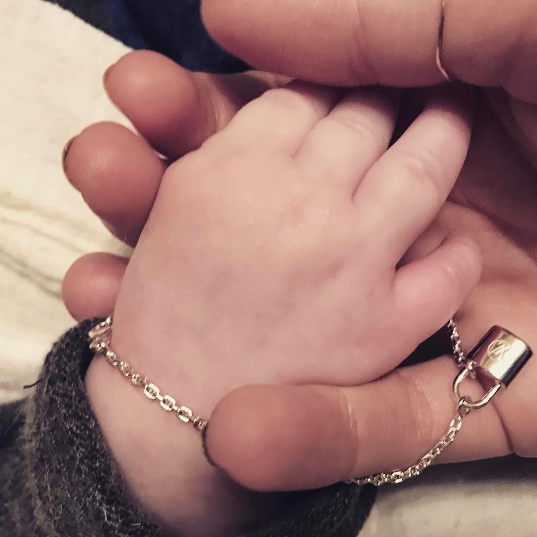 Фото рук Ксенії і сина