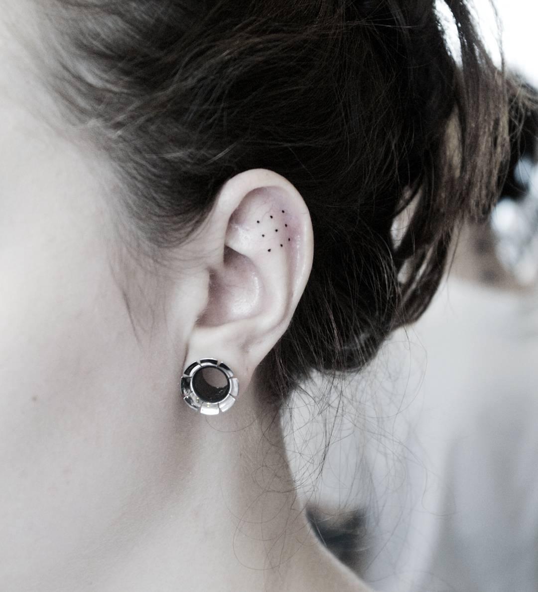 Татуировка на ухе фото
