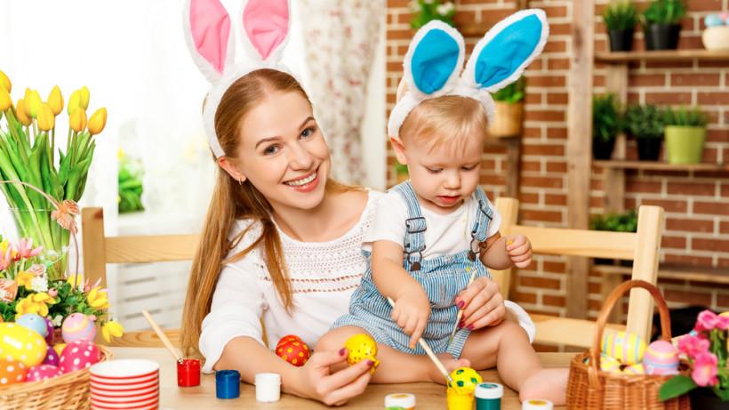 мама з малюком на Великдень