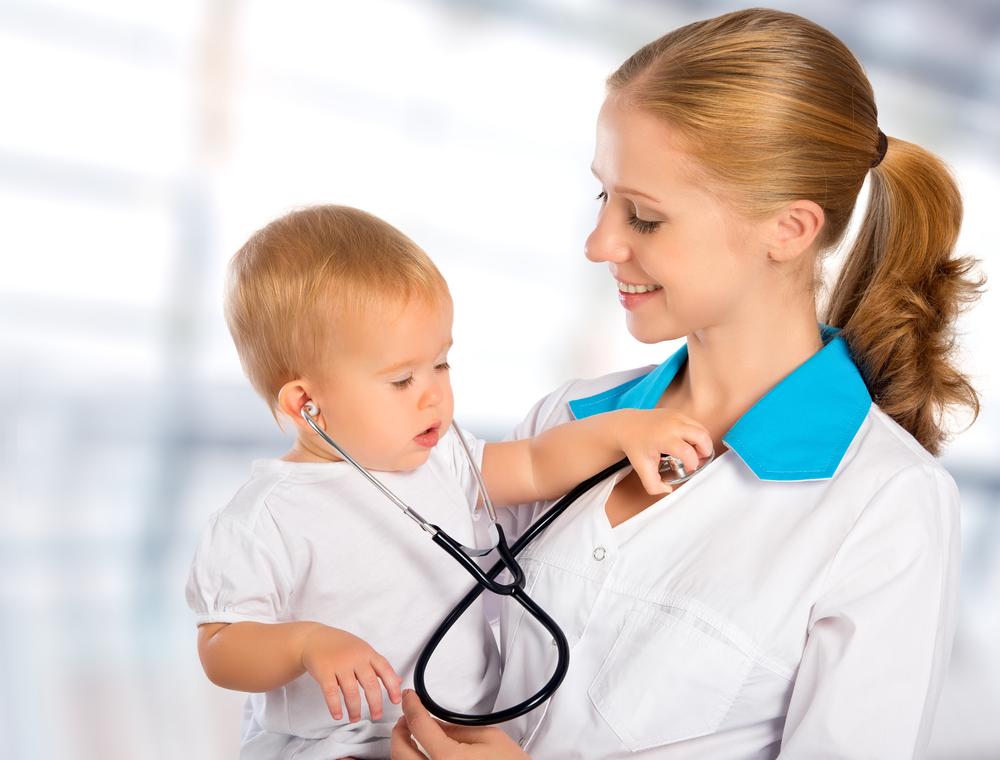 Ребенок у врача при кашле